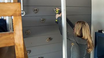 Installation de prises d'escalade sur le mur à panneaux horizontaux