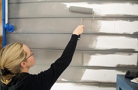 Application de la peinture BEHR PREMIUM PLUS ULTRA avec un rouleau à peindre