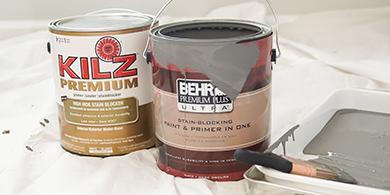 Contenants d'un gallon de peinture BEHR PREMIUM PLUS ULTRA et d'apprêt KILZ Premium