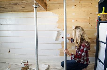 Préparation du mur avec l'apprêt KILZ Premium et un rouleau à peindre