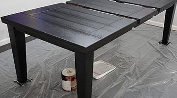 Table avec la première couche de peinture noire