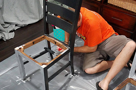 Utilisation d'un rouleau pour peindre une chaise