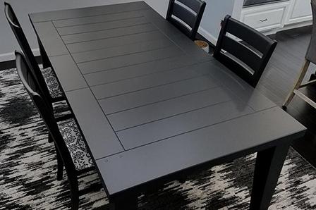 La table et les chaises avec leur nouveau fini