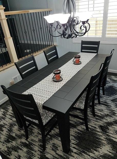 La table et les chaises terminées avec un nouveau chemin de table et des bougies