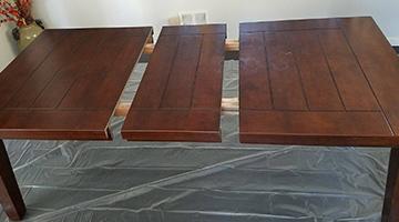 Préparer la table avec un apprêt gris et un rouleau à peinture