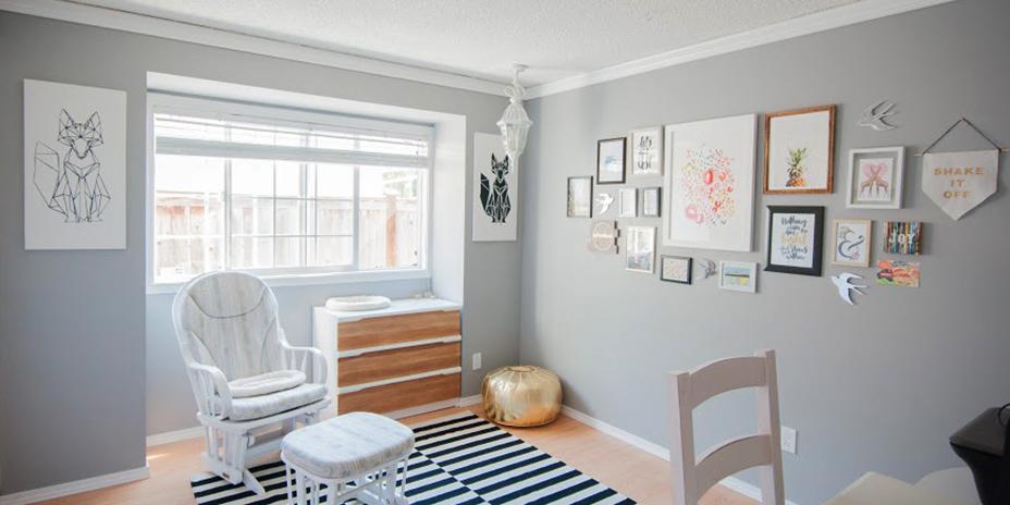 Chambre à coucher aménagée avec des meubles et des œuvres d'art