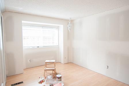 Les murs de la chambre à coucher avec de nouvelles cloisons sèches