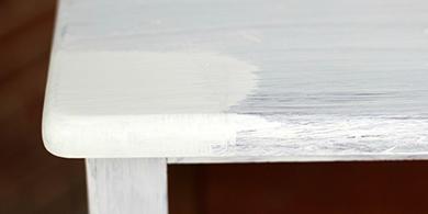 Le dessus de la commode démontrant la différence entre une couche et deux couches de peinture