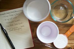 Vue de dessus des ingrédients de la recette et des ingrédients de la peinture «tableau noir»