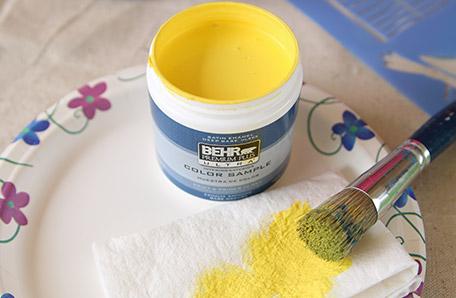 Utilisez un essuie-tout pour essuyer votre pinceau à pochoir avant de l'appliquer sur la commode