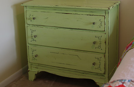La commode dans la chambre des petites-filles avant sa rénovation