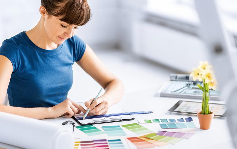 Une femme regardant différentes palettes de couleurs